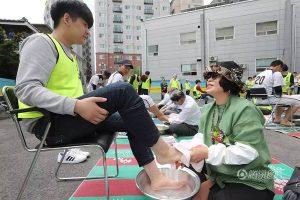 วันครูเที่กาหลีใต้สุดประทับใจ หลังคุณครูล้างและเช็ดเท้าให้กับลูกศิษย์